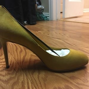 Brand New Mustard Color Suede Gucci Pumps Size 9.